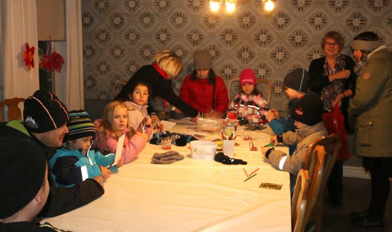 Som vanligt fanns guider som julpysslade med barnen.