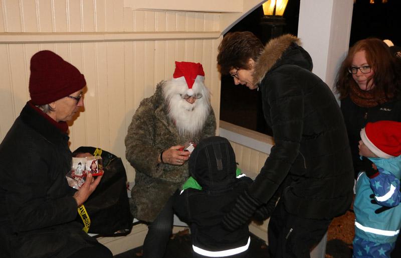 Efter dansen kring Apostlagrottan delade tomten ut julklappar till alla barnen.