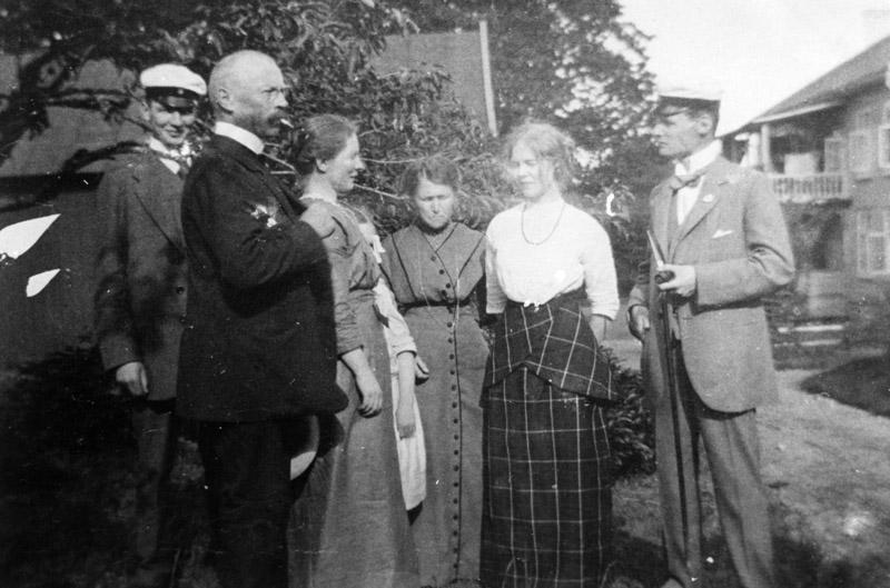 Landsfiskal Alfred Dahl med familj i Bolagsgårdens trädgård år 1914. Fr. v. Anders, Alfred, hustrun Anna, Sigrid (syster till Alfred), Anna-Beth och Gustaf.