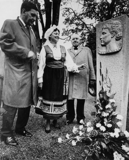 Minnestenen över Kristina Nilsson avtäcktes av landshövding Sven af Geijerstam tillsammans med Christina Nilsson-Gottlow och Sigfrid Leifland.