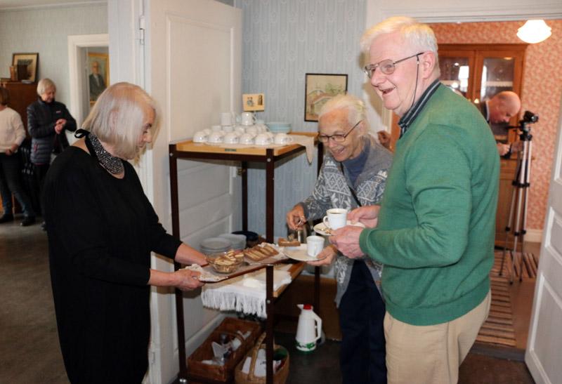 Under invigningen bjöd Stiftelsen lämpligt nog på radiokaka. På bilden serverar Barbro Lindegren några av besökarna.