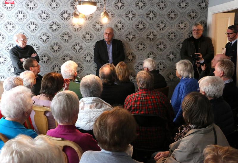 Före Bo Karlssons invigningstal hade Stiftelsen Gamla Bankgårdens ordförande Mats Carlsson hälsat välkommen och berättar om stiftelsens arbete.